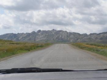 Иногда встречаются невысокие горы