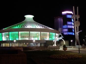 Алматы (Алма-Ата). На доме (справа) LED панели. Меняется изображение, флаг, герб и т.д.